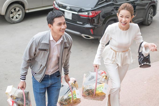 MC Phan Anh, Hoa hậu Hải Dương trao quà Tết cho phụ nữ nghèo