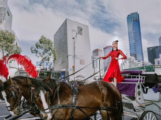 Minh Tú hở ngực với đầm xuyên thấu trên đường phố Australia