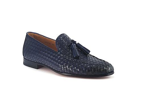 Mẫu Barrett loafer da đan intrecciato. Đặc trưng khi đi lên chân là sự êm ái, dễ chịu.