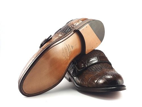 Loafer da cá sấu Louisiana kết hợp da đan intrecciato, tất cả chi tiết trên giày bao gồm đai khóa đều được chế tác tại Ý.