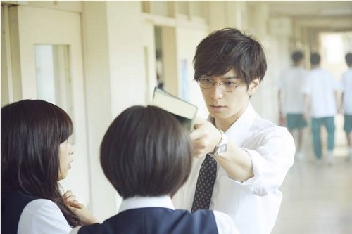 Thầy giáo lúc đầu lạnh lùng với Hibiki.