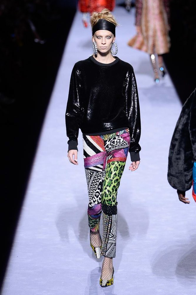 """<p class=""""Normal""""> Sequin còn xuất hiện trên những mẫu quần mang họa tiết phong phú.</p>"""