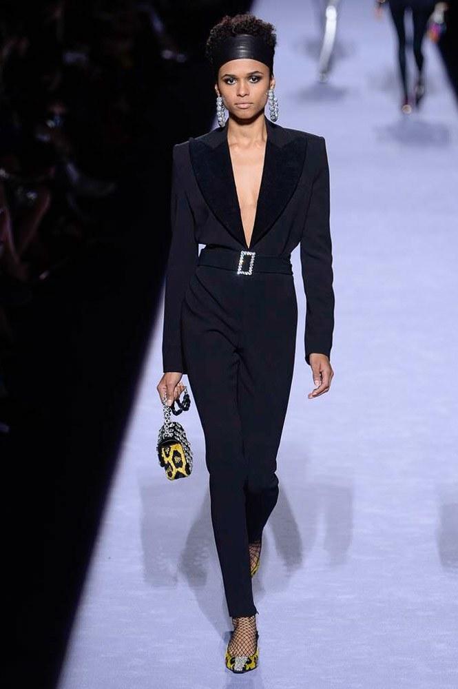 """<p class=""""Normal""""> Nhiều năm qua, Tom Ford vẫn luôn được mệnh danh là người kế thừa xuất sắc trường phái thời trang tân cổ điển mà Coco Chanel và Giorgio Armani đã gây dựng ở thế kỷ 20. Chú trọng sự giản đơn và cân đối là những đặc trưng của phong cách này.</p>"""