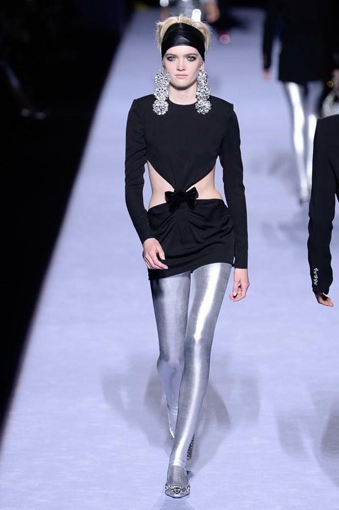 """<p class=""""Normal""""> Thời trang thập niên 1980 thấm đẫm trong bộ sưu tập với những chiếc quần legging ánh kim hay họa tiết da báo, những đôi khuyên tai to bản nổi bật.</p>"""