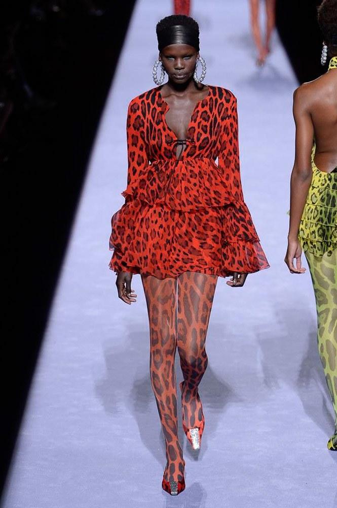 Người mẫu lộ ngực trên sàn catwalk vì váy khoét sâu