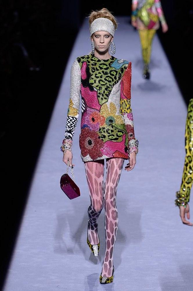 """<p class=""""Normal""""> Xu hướng sequin tiếp tục được nhà thiết kế lăng xê với mẫu váy suông hiện đại.</p>"""