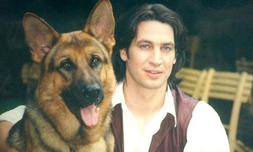 Rex cùng chủ nhân Moser - nhân vật trong phim.