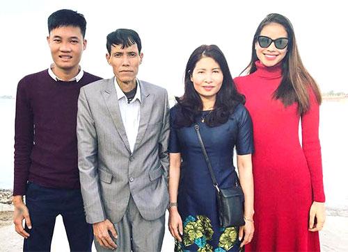 Phạm Hương bên mẹ, em trai và bố - khi ông còn sống.