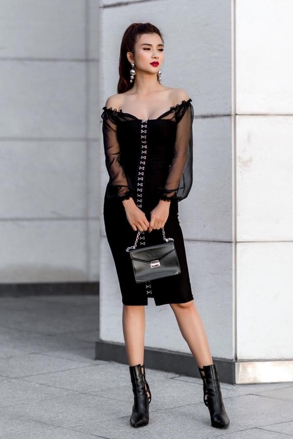 Kim Tuyến mặc váy ngắn dạo phố