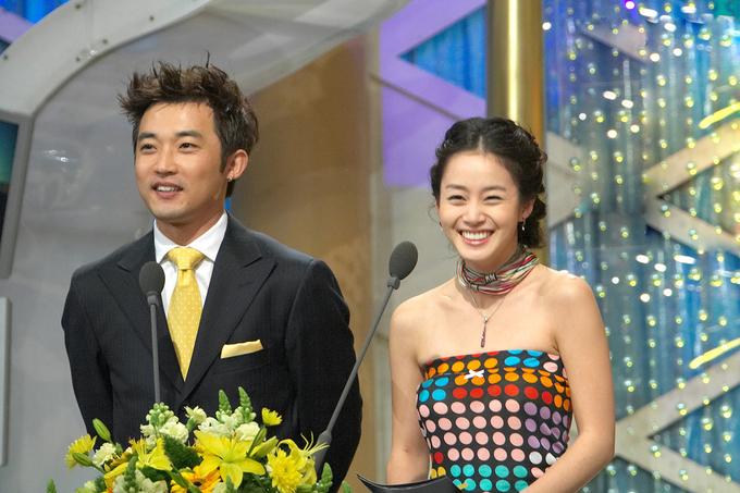 <p> Mỹ nhân sinh năm 1980 và tài tử Ahn Jae Wook sánh vai với tư cách là người trao giải. Thời điểm này, Kim Tae Hee vừa bước qua tuổi 24, mới gia nhập làng giải trí được ba năm.</p>
