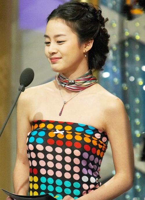 """<p> Người đẹp diện đầm cúp ngực chấm bi màu sắc, kết hợp kiểu tóc cổ điển và vòng cổ bằng vải. Nhiếp ảnh gia cho biết Kim Tae Hee tỏa sáng như nữ thần. """"Mọi động thái, cử chỉ của cô ấy thu hút các ống kính. Chúng tôi đã chụp được rất nhiều hình ảnh đẹp"""", anh nói.</p>"""