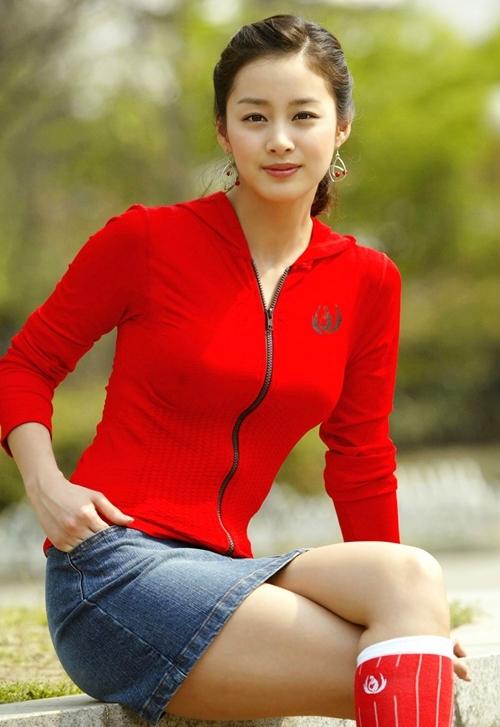 """<p> Kim Tae Hee nhiều lần phiền lòng vì thường được khen xinh đẹp, học vấn cao thay vì diễn xuất tốt. Vì thế, cô phải nỗ lực gấp đôi so với lứa diễn viên cùng thời.</p> <p> Hiện người đẹp có cuộc sống hạnh phúc bên ca sĩ, diễn viên Bi Rain. Cặp sao đón con đầu lòng hồi tháng 10/2017. Trong show truyền hình của đài JTBC, Bi Rain từng bật mí con gái <a href=""""https://giaitri.vnexpress.net/tin-tuc/gioi-sao/quoc-te/rain-tiet-lo-con-gai-thua-huong-net-dep-tu-kim-tae-hee-3676423.html?utm_source=search_vne"""" target=""""_blank"""">thừa hưởng nét đẹp</a> của mẹ.</p> <p> </p>"""