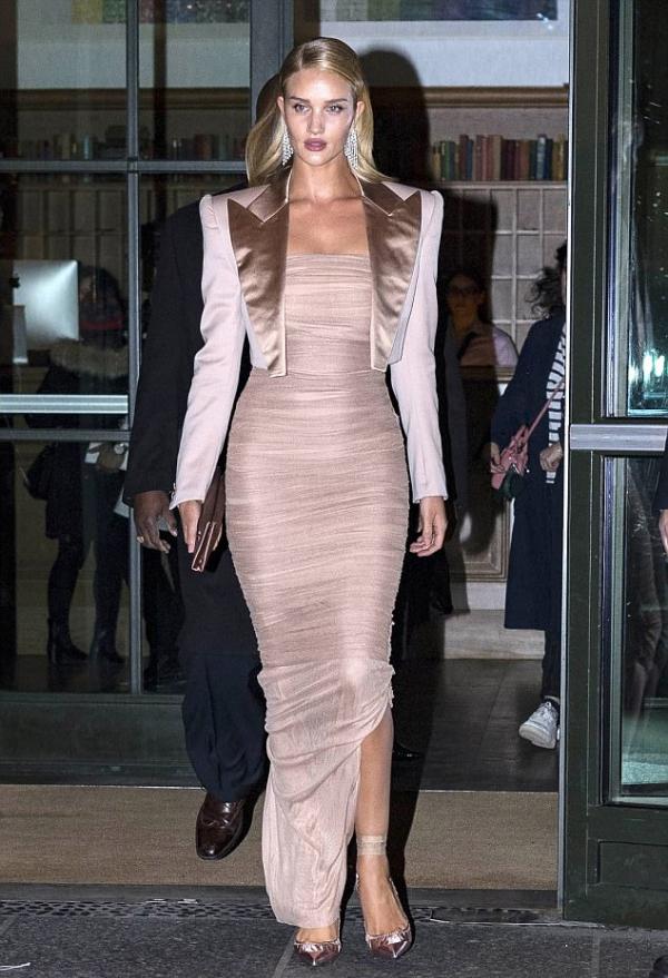 Miranda Kerr đẹp nhất tuần với đầm ôm sát