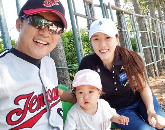 Vợ kém 9 tuổi giúp Ahn Jae Wook hồi sinh sau bạo bệnh
