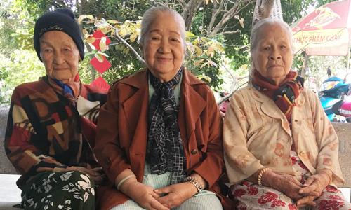 Nghệ sĩ Ngọc Đáng, Thiên Kim (từ phải qua) ngồi bên nhau ở hàng ghế trong sân của khu dưỡng lão nghệ sĩ.