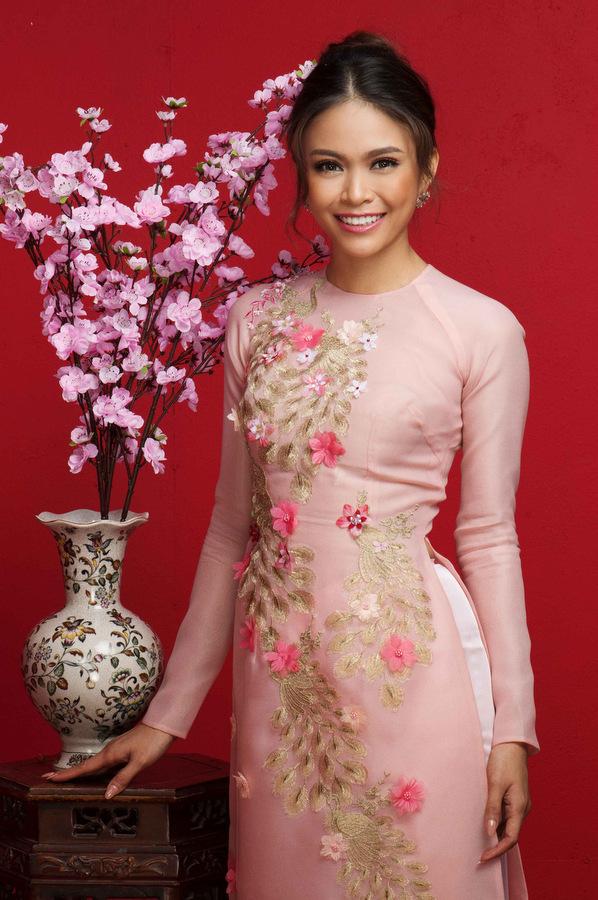 Hoa hậu H'Hen Niê diện váy đỏ chào xuân