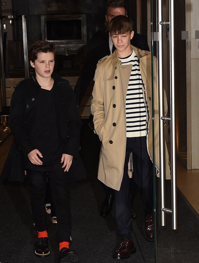 Cruz (12 tuổi) mặc trang phục đen, trong khi Romeo (15 tuổi) chọn áo khoác màu be khi dự sự kiện. Brooklyn - con trai cả của Victoria Beckham - vắng mặt trong buổi ra mắt bộ sưu tập của mẹ vì đang ở West Hollywood tổ chức sinh nhật cho bạn gái Chloe Moretz.