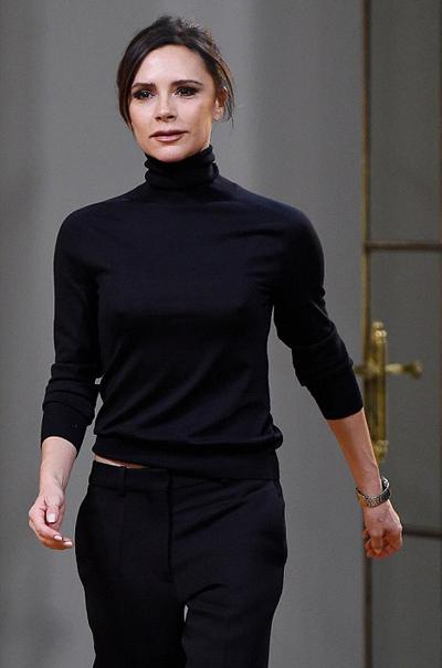 Victoria Beckham xuất hiện trên sân khấu sau khi các người mẫu trình diễn xong bộ sưu tập.