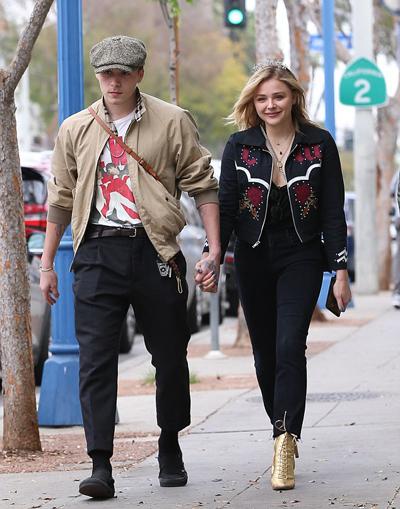 Brooklyn Beckham và Chloe Grace Moretz nắm tay dạo phố ở West Hollywood, Los Angeles, Mỹ ngày 12/2.