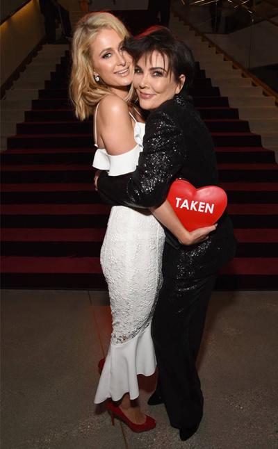 Paris Hilton và Kris Jenner thể hiện tình cảm thắm thiết khi dự sự kiện ở Los Angeles trước ngày Valentine. Paris Hilton còn cầm theo chiếc túi hình trái tim đỏ rực.