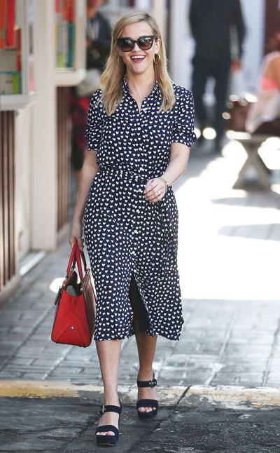 Diễn viên Reese Witherspoon tạo không khí ngày Valentine theo cách riêng. Cô mặc chiếc váy hoạ tiết trái tim tông đen trắng khi dạo phố.