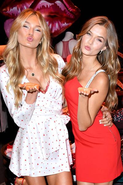 Hai người mẫu Romee Strijd và Josephine Skriver thể hiện tình cảm trong một sự kiện chào đón Valentine của Victorias Secret tại Santa Monica.