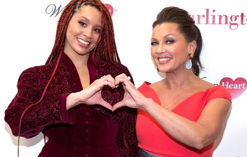 Diễn viên Jillian Hervey và Vanessa Williams cùng tạo hình trái tim khi tham gia sự kiện ở New York.