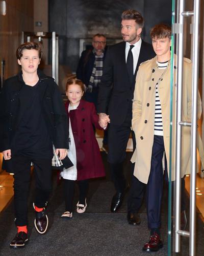 Harper Beckham mặc thanh lịch với áo khoác màu rượu vang, váy trắng. Cô bé sáu tuổi mỉm cười khi bước ra khỏi khách sạn cùng bố và hai anh trai.