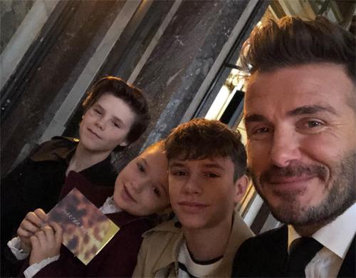David Beckham đăng hình ảnh bốn bố con lên trang cá nhân.