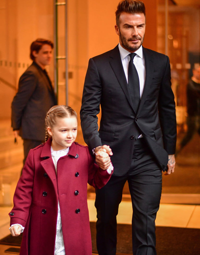Victoria Beckham giới thiệu bộ sưu tập trang phục ứng dụng tại New York Fashion Week và nhận được sự cổ vũ từ ba bố con David Beckham. Cựu danh thủ 42 tuổi nắm tay con gái Harper tới sự kiện ở Burden Mansion, Mỹ.