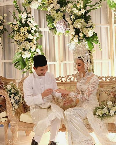 Cô kết hôn với Nik Ibrahim, Phó giám đốc đầu tư tại công ty Ekuinas.