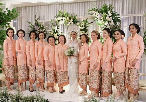 Cô dâu và dàn phù dâu trong lễ cưới.