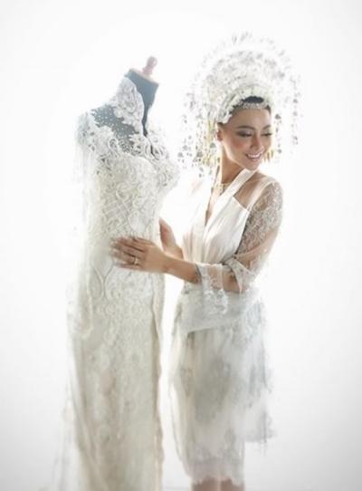 Whulandary Herman mặc trang phục truyền thống của Indonesia khi làm lễ và thay váy cưới hiện đại lúc tiếp khách.