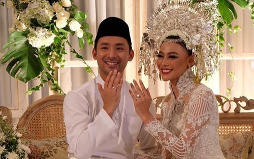 Nhà thiết kế Anaz đăng ảnh cưới của Hoa hậu Indonesia 2013 lên trang cá nhân.