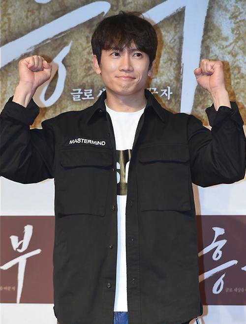 Choi Ji Woo trang điểm căng mọng dự sự kiện