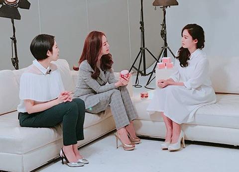 Kim Tae Hee (phải)ghi hình sau sinh.