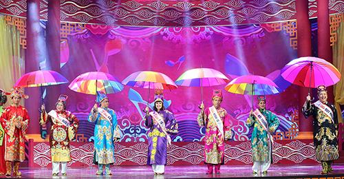 Táo Quy hoạch - Chí Trung, Táo Môi trường - Minh Hằng, Táo Kinh tế - Quang Thắng, Táo Y tế - Vân Dung, Táo Xã hội - Tự Long, Táo Hưu - Minh Vượng (từ phải qua) biểu diễn thời trang trong Táo quân 2018.