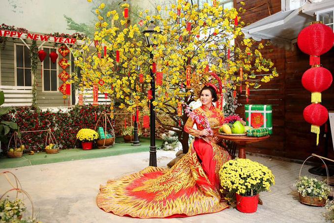 Kim Hồng diện áo dài màu nổi