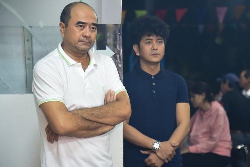 Diễn viên Hùng Thuận (phải) thẫn thờ nhìn tấmdi ảnh.