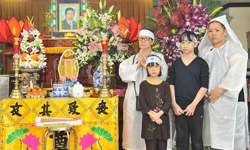 Bà Hồng Sương (trái) - vợ nghệ sĩ Nguyễn Hậu - cùng Khánh Vy (phải) - con gái ông - và các cháu túc trực bên linh cữu.