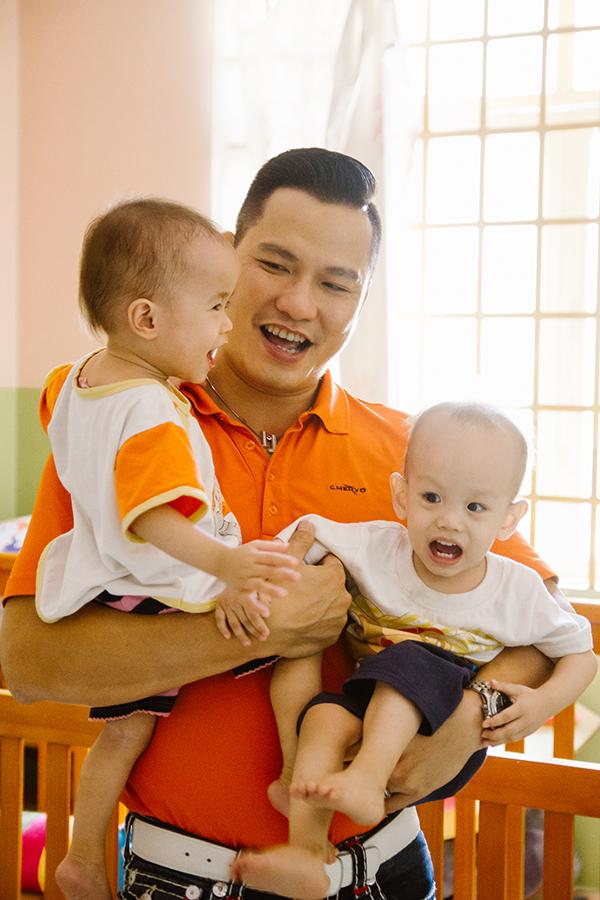 Vợ chồng Jennifer Phạm đưa hai con đi làm từ thiện