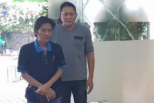 Diễn viên Sơn Lâm (phải) giúp đỡ gia đình đàn anh trong lúc tang gia.