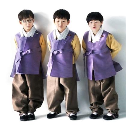 Con sinh ba của tài tử Truyền thuyết Jumong gây sốt với màn chúc năm mới - 1
