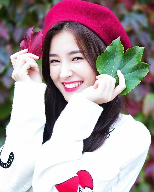 """<p> Theo <em>Naver</em>, dù Momoland chưa tạo dựng được tiếng vang, Nancy vẫn được truyền thông săn đón vì nhan sắc nổi bật. Các chuyên gia sắc đẹp Hàn Quốc đánh giá cao vẻ đẹp lai và đường nét hài hòa của Nancy. Họ cho rằng cô là """"bông hồng lai"""" xinh đẹp nhất thế hệ idol sinh năm 2000 trở đi. Các nhiếp ảnh gia của trang <em>Dispatch </em>chia sẻ: """"Góc nào Nancy cũng rất đẹp, hầu như không phải chỉnh sửa gì. Em ấy bên ngoài còn đẹp hơn cả trên ảnh"""".</p>"""