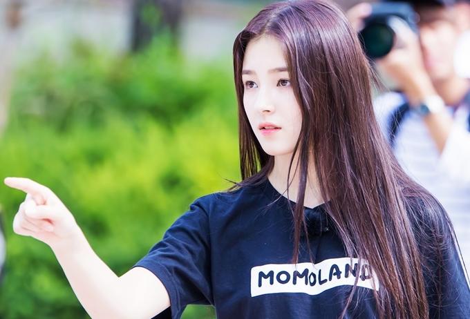 <p> Người đẹp chuộng tóc dài, thường xuất hiện trong trang phục giản dị với áo thun đơn sắc, quần jeans hoặc short. Trong tương lai, cô có ý định lấn sân diễn xuất.</p>