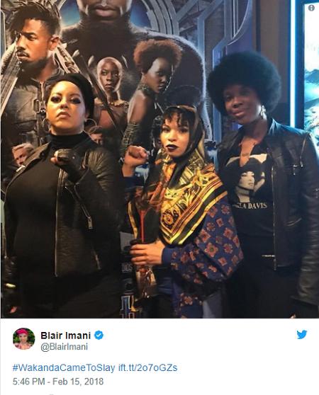 Một người phụ nữ diện trang phục truyền thống châu Phi xem phim.
