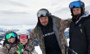 Harper Beckham đi trượt tuyết cùng bố và các anh