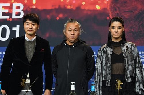 Kim Ki-duk cùng các diễn viên ở Berlin.