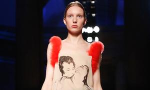 Hình ảnh tình dục gây sốc trên váy của Christopher Kane