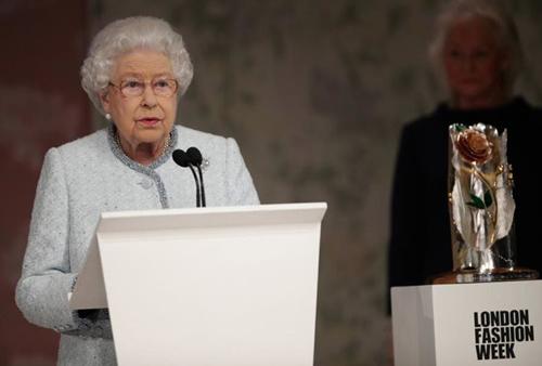 Nữ hoàng Anh ngồi hàng ghế đầu London Fashion Week